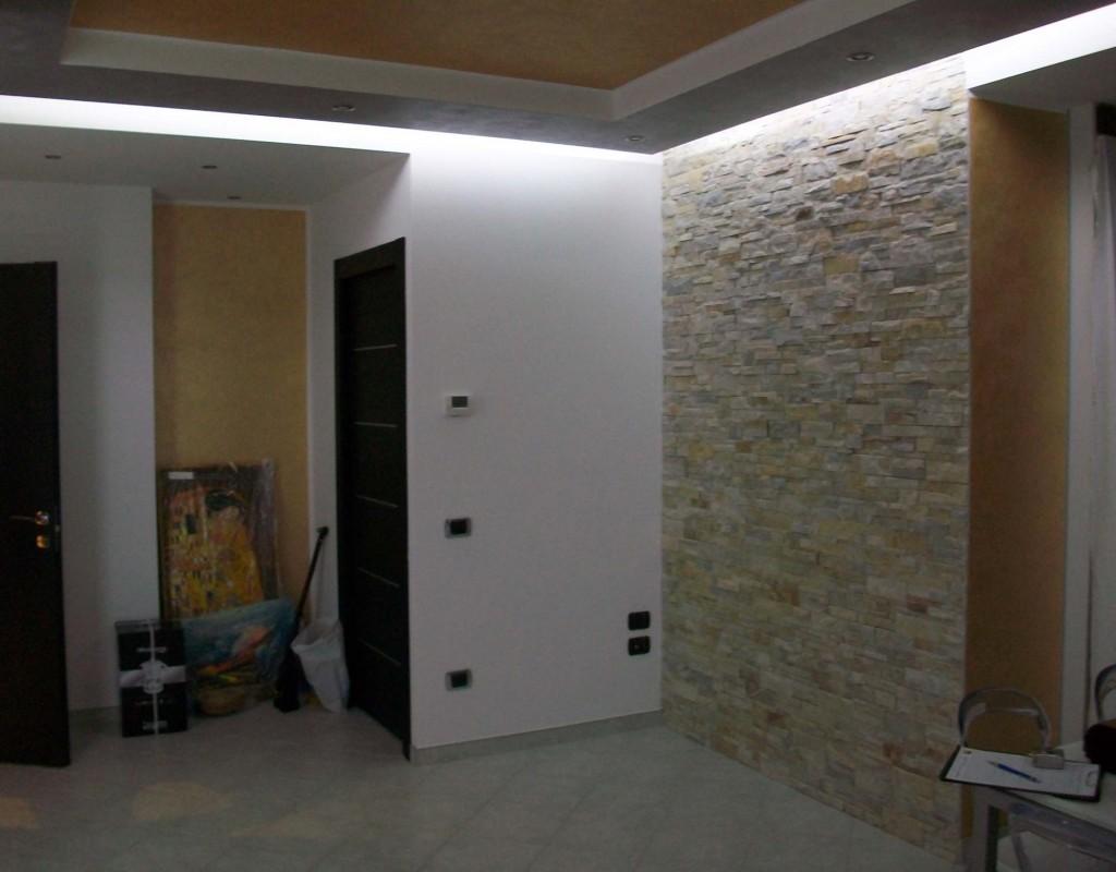 Illuminazione muro in pietra esterno rivestimento di camini